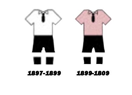 یونتوس یکی از تیم هاییست که شناختنش خیلی آسان است.به دلیل طرح راه راه روی لباس آنها. یوونتوس از سال 1903 از پیراهن های راه راه سیاه و سفید با شلوارک سفید استفاده کرده است و گاهی از شورت سیاه نیز در بازی استفاده کرده است. هنگامیکه یوونتوس در سال 1897 توسط تعدادی از دانش آموزها تاسیس شد تیم های زیادی در شهر تورین بودند که رنگ لباس آنها کاملا بارز و مشخص بود پس به این جهت که این تیم از بقیه تیم ها متمایز باشه بنیان گذاران این باشگاه رنگ صورتی و مشکی را برای این باشگاه انتخاب کردند اما زمان زیادی نگذشته بود که این رنگ شانس با خودش نمیاورد و شستشوی مداوم آن باعث شد رنگ آن آنقدر محو شد که در سال 1903 این باشگاه به دنبال جایگزینی آنها بود. یووه صورتی هیچ جامی نبرد و همیشه لیگ را در جایگاه دوم تمام میکرد به همین خاطر جان سویج یکی از باشگاه به آنها پیشنهاد داد رنگ لباس تیم را عوض کنند که در وضیح تغییر رنگ تیم دو سناریوی متفاوت وجود دارد 1. او دوستی داشت که در ناتینگهام زندگی می کرد ، که از حامیان ناتس کانتی بود ، به همین دلیل پیراهن های راه راه سیاه و سفید را به تورین ارسال کرد. یوونتوس پیراهن های راه راه خود را از آن زمان پوشیده است و رنگ ها را تهاجمی و قدرتمند می داند. 2. یوونتوس از یكی از اعضای تیمشان ، جان ساوجی انگلیسی ، سؤال كرد كه در صورت داشتن هرگونه تماس با انگلیس سوال کند که بتواند پیراهن های جدیدی را با رنگی بهترتهیه كند كه در مقابل عناصر بهتر مقاومت كند. وقتی که سویج لباس صورتی را برای تولید کننده فرستاد آن لباس آنقدر کثیف بود که تولید کننده فکر کرد آن لباس سیاه و سفید است و برای خوشحال کردن مشتری خود لباسی شبیه لباس ناتس کانتی برای آنها فرستاد.اما وقتی لباس ها به ایتالیا رسید همه شوکه شده بودند اما دیگر امکان تعویض نبود زیرا فرصت کمی باقی مانده بود تا شروع لیگ.